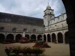 Langonnet abbaye cloître 2011 | https://commons.wikimedia.org/wiki/File:Langonnet_abbaye_clo%C3%AEtre.JPG