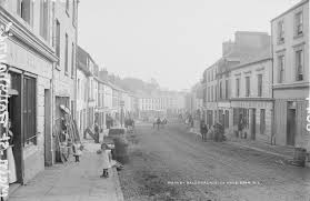 Ballyhaunis Main St. by Robert French | https://commons.wikimedia.org/wiki/File:Main_Street,_Ballyhaunis,_Co._Mayo_(18411629425).jpg