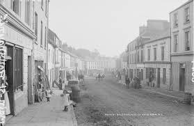 Ballyhaunis Main St. by Robert French | https://commons.wikimedia.org/wiki/File:Main_Street,_Ballyhaunis,_Co._Mayo_(18411629425).jpg