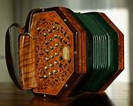 Anglo - Concertina | https://commons.wikimedia.org/wiki/File:Anglo-concertina-37-button.jpg