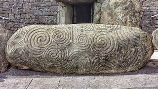 Newgrange Entrance Stone 2014 Jal74 | https://commons.wikimedia.org/wiki/File:Newgrange_entrance_stone.jpg