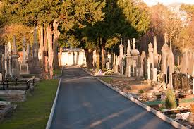 Glasnevin Cemetery, Dublin | https://commons.wikimedia.org/wiki/File:Glasnevin_Cemetery,_the_largest_cemetery_in_Ireland,_first_opened_its_gates_in_1832_(4164860739).jpg