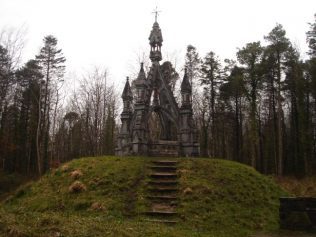 Knox - Gore Monument, Beleek Woods, Ballina by Monucg | https://commons.wikimedia.org/wiki/File:Knox_gore_monument.jpg