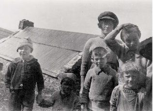 The Ó Dúinnshléibhe children on the island, c.1925   Ionad an Bhlascaoid