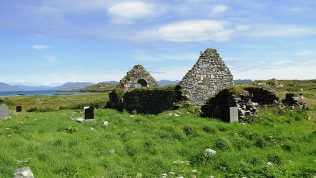 Ruins of 13th century church in St. Colman's cemetery, Inishbofin - mountains of Connemara in the background | Courtesy of Drow69, Wikipedia Commons