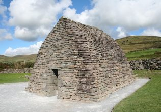 Slea Head Drive, The Dingle Peninsula. | The oratory pictured by Ingo Mehling (again, shown courtesy of Wikipedia).