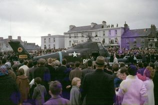 Crowd surround the presidential helicopter at Salthill. | Courtesy of M. Kelly, Cong.