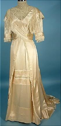An example of a wedding dress that women from wealthy families would have worn. | unkown